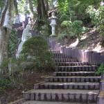 石像がたくさん並んでいる階段を上ると。