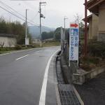 この道を真っ直ぐ歩いて下さい。