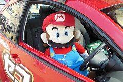 今年もセコイヤチョコレートの車に乗った「マリオ」がゴール地点でお出迎え。