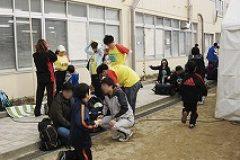 大会会場の長野小学校では参加者が準備をしております 。