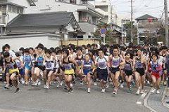 続いて5キロコースのスタート。中高生たちが熱き走りを繰り広げます。