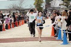 そして大会も終盤。女性ランナーのトップがゴールイン!おめでとうございます!